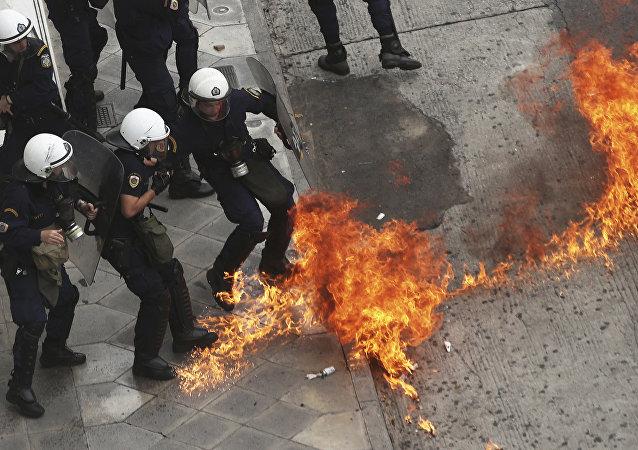 Yunan protestocular, polise molotof kokteyli attı.