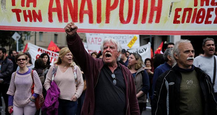 Yunanlar, ilave kemer sıkma önlemlerini protesto etmek için sokağa döküldü.