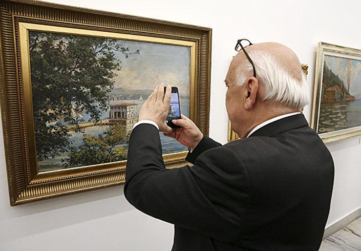 Nabi Avcı, müzede beğendiği eserlerin cep telefonuyla fotoğrafını çekti