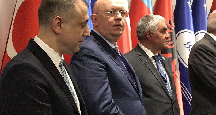 Rusya Dışişleri Bakan Yardımcısı Vasiliy Nebenzya (ortada)