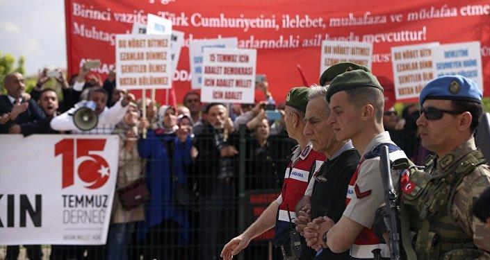 Protestocular, 'Bu millet ihanet edeni unutmaz', 'Vatan haini FETÖ', 'Katil FETÖ', 'Dursun bu hayasızca AKIN'yazılı dövizler taşıdı ve tekbir getirdi.