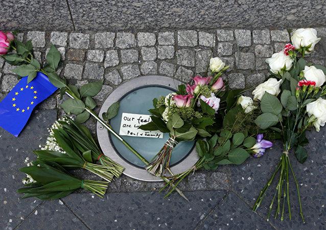 Manchester Arena'da ölenlerin anısına çiçek bırakıldı