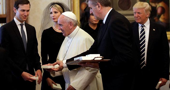 Trump'a, kızı Ivanka ve damadı Jared Kushner da eşlik etti.