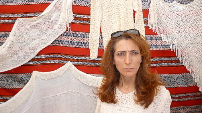 Dir Mama köyünden Arij Id Hasan, ipek dokumacılığı ustası Suriyeli bir kadın.