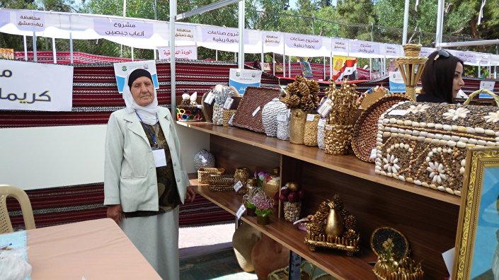 Suriyeli yerli üreticilerden Nasra Hanım ahşap kutular ve kilden çeşitli nesneler üretiyor.