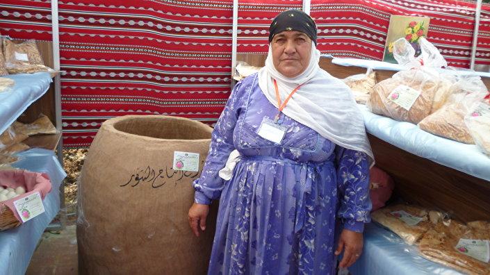 Sultana al Ahras, tandırda kendi yaptığı ekmeği satarak geçimini sağlıyor.
