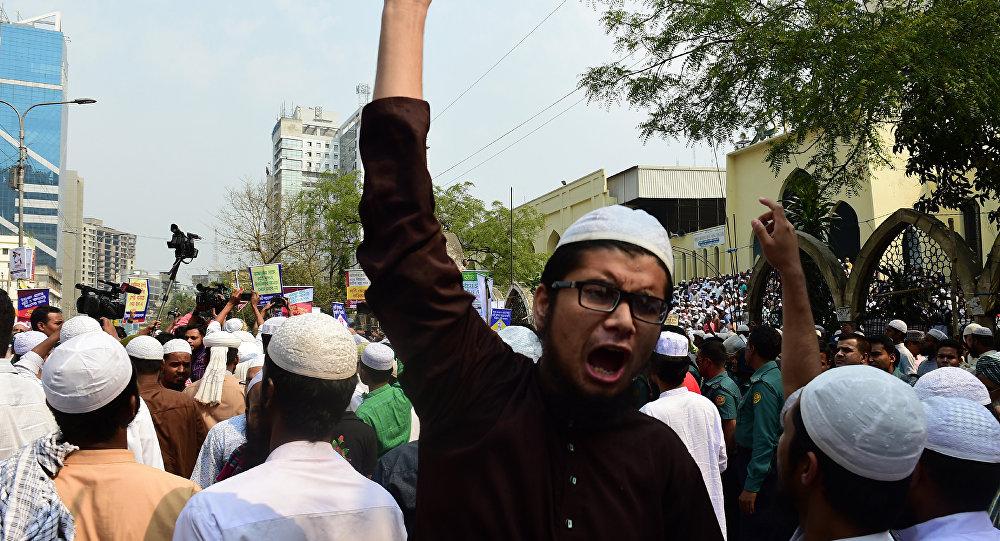 Bangladeş'te Adalet Tanrıçası Themis'in heykelinin yerinden kaldırılması için yapılan protestolar