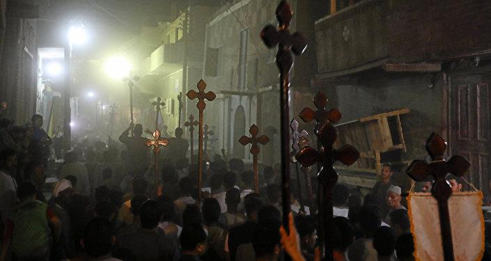 Mısır'da öldürülen Kıptilerin cenaze töreninin ardından yapılan yürüyüş