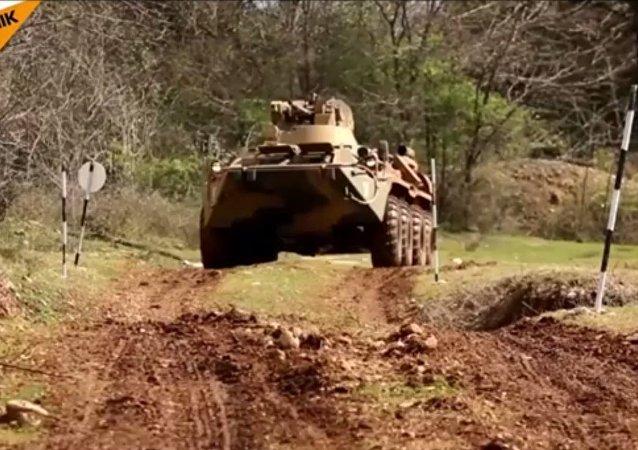 Abhazya'da askerlere zor koşullarda araç kullanma eğitimi