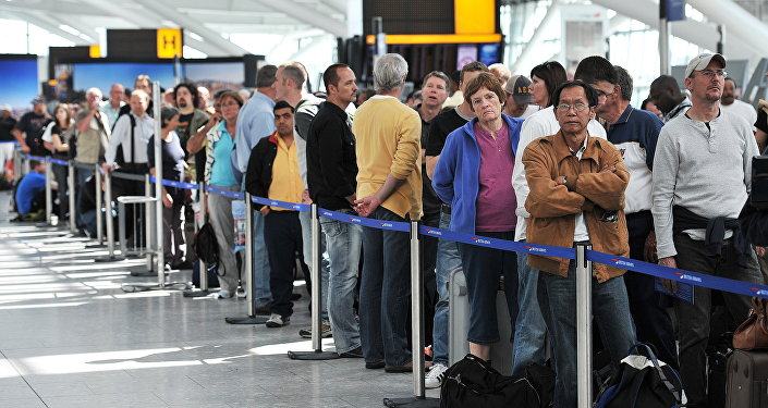 Londra'daki Heathrow Havaalanı'nda British Airways yolcuları