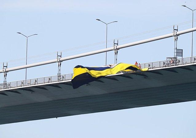 15 Temmuz Şehitler Köprüsü'ne asılan Fenerbahçe bayrağı