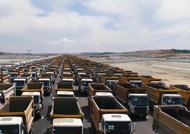 3. havalimanında  1453 kamyon