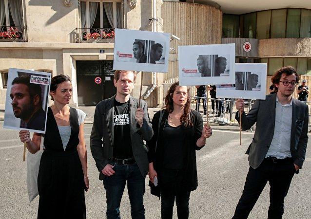 Mathias Depardon'un serbest bırakılması için Türkiye'nin Paris Başkonsolosluğu önündeki eylem