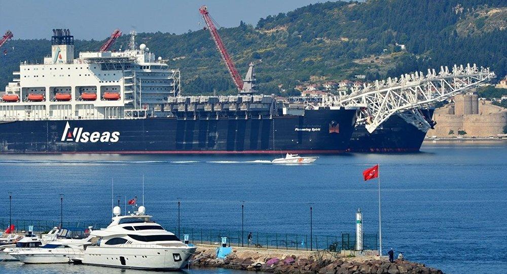Türk Akımı için Karadeniz'e giden gemi Pioneering Spirit