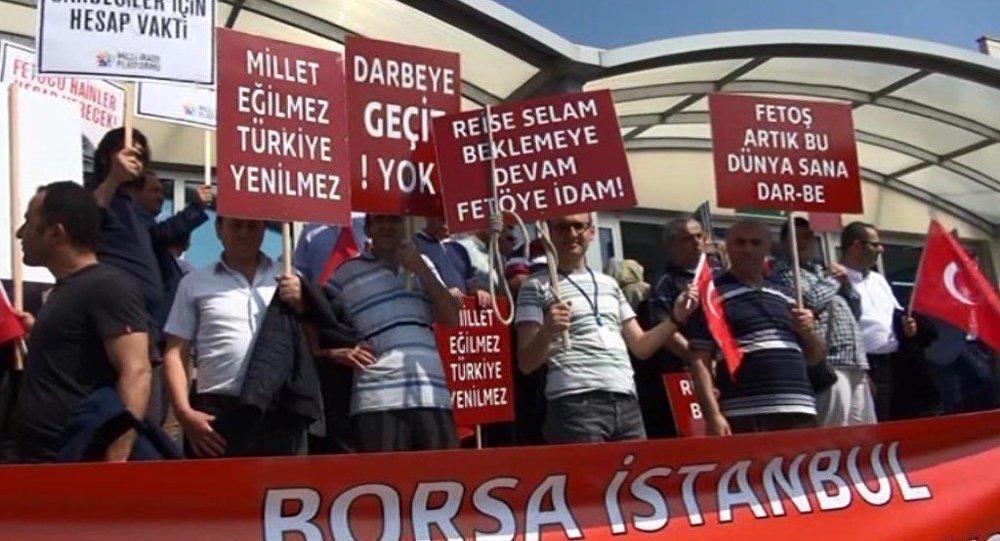 İstanbul'daki ana darbe davasının üçüncü duruşması - protestolar