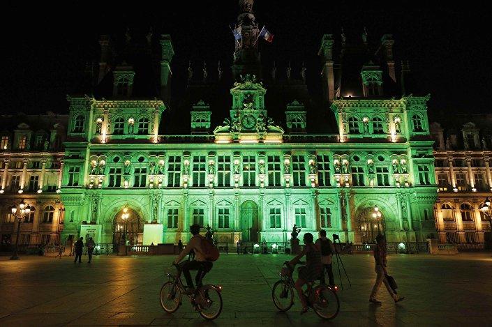 Trump'ın kararını açıklamasının ardından Paris'in yönetildiği Hotel de Ville, yeşil renkli ışıkla ışıklandırıldı.