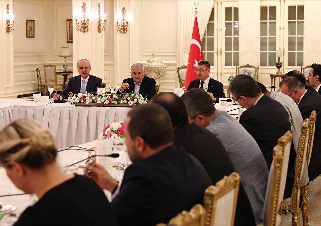 Başbakan Binali Yıldırım, iftarda medya temsilcileriyle bir araya geldi