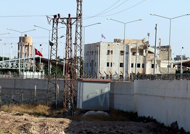 Sınırdaki YPG karargahında ikinci ABD bayrağı