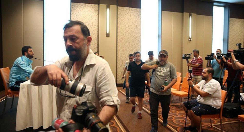 Gazeteciler, Arda Turan'ı protesto etmek için salonu topluca terk etti.