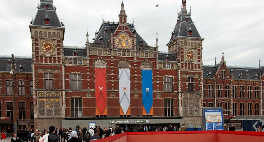 Amsterdam'da otomobil kalabalığa daldı: 2'si ağır 8 yaralı