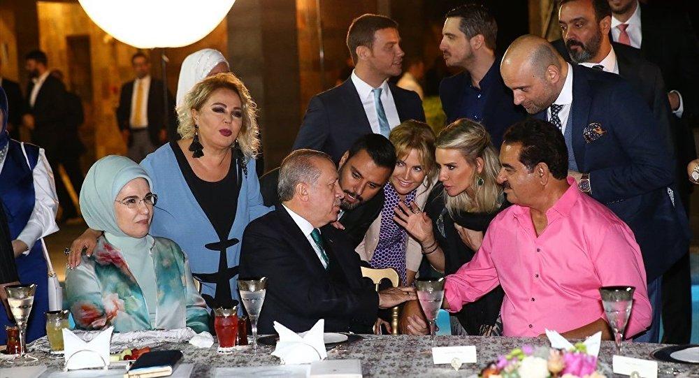 Cumhurbaşkanı Recep Tayyip Erdoğan, sanatçılarla ve sporcularla iftarda buluştu