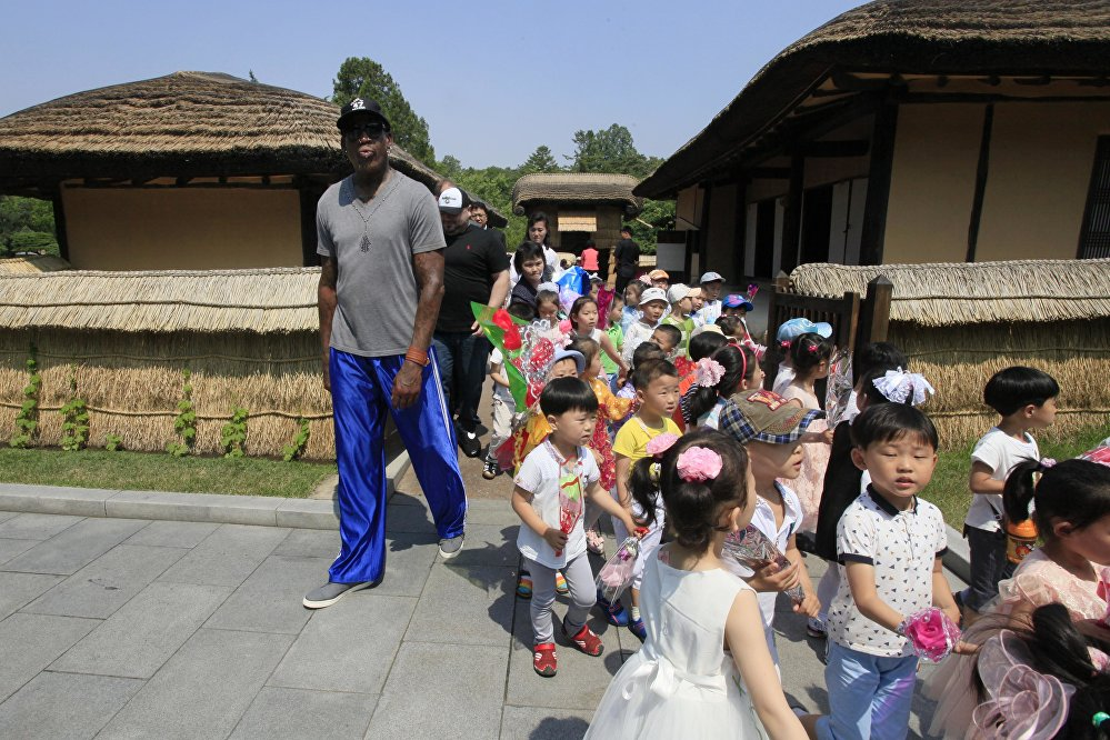 Dünyaca ünlü eski NBA yıldızı Dennis Rodman Kuzey Kore'ye yaptığı son ziyarette Kuzey Koreli kadın basketbol takımının antrenmanlarını izledi. Rodman ayrıca Kuzey Kore lideri Kim Jong-un'un dedesi ve ülkenin kurucusu Kim il-Sung'un doğduğu yeri de ziyaret etti.