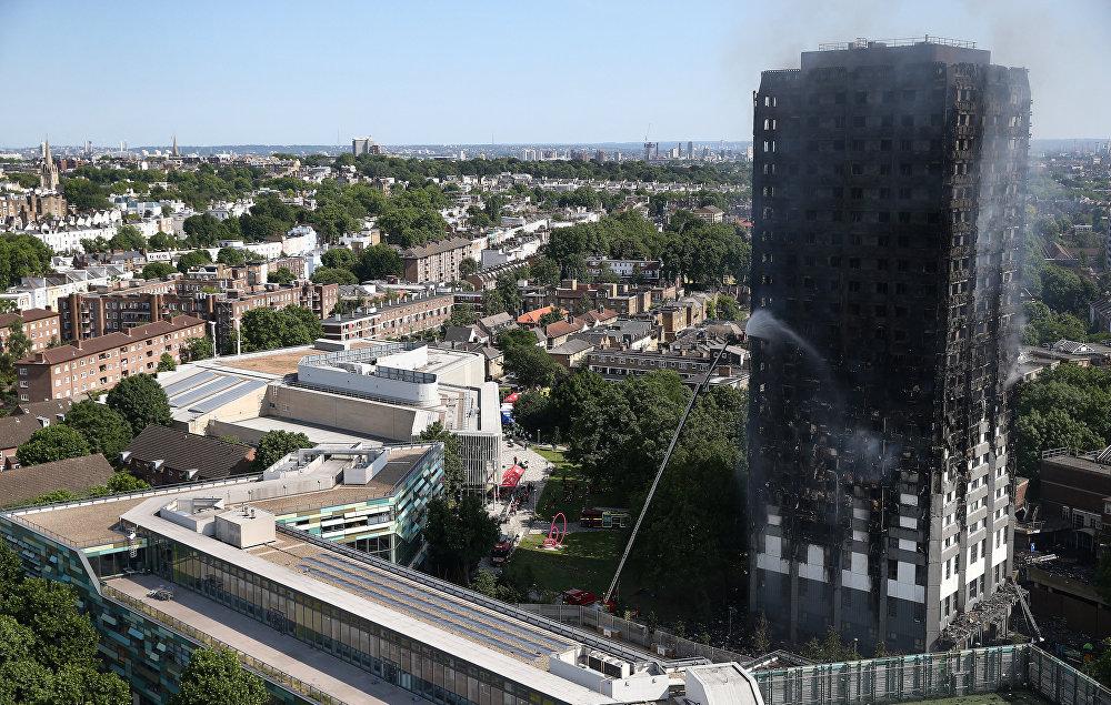 Diğer yandan angın nedeniyle binadan yükselen siyah dumanın, Londra'nın büyük bölümünden görülebildiği kaydedildi.