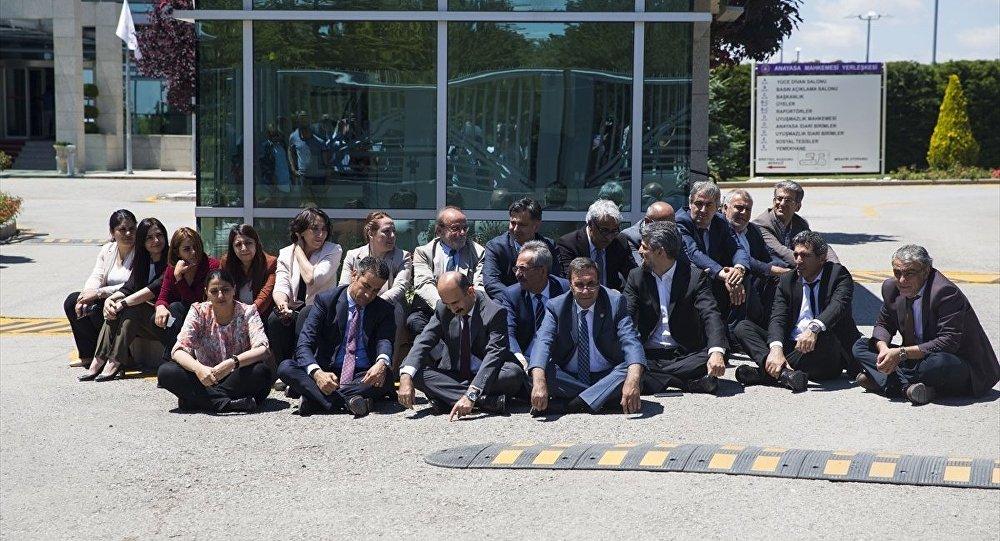 HDP'den AYM'nin önünde oturma eylemi