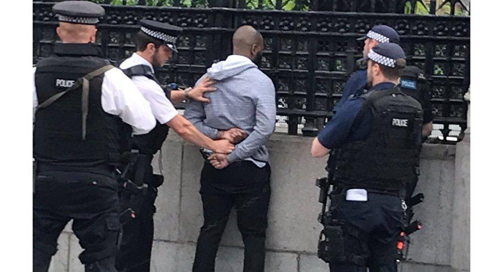İngiltere parlamentosu önünde bıçaklı bir şüpheli yakalandı