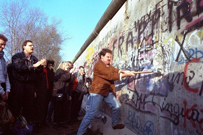 Batı Berlinli bir Alman, 12 Kasım 1989'da Potsdamer Platz'ta Berlin Duvarı'nı yıkıyor.