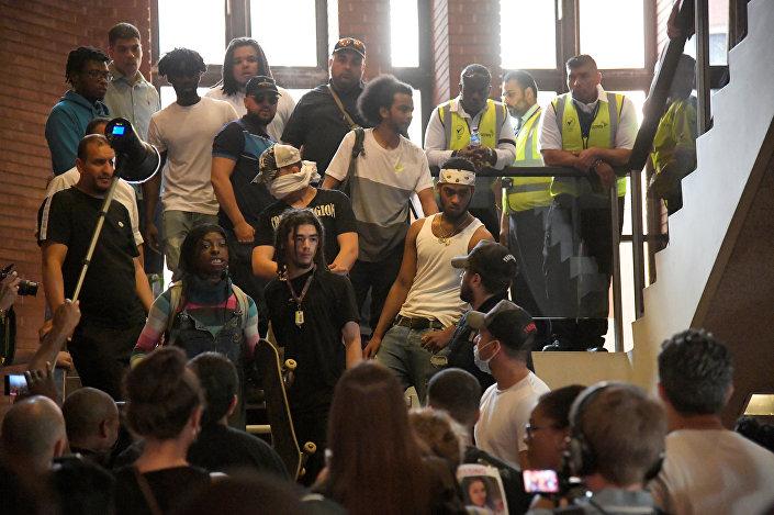 Bir grup gösterici  Kensington Belediyesi binasına girdi.