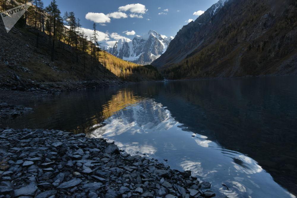 Rusya'ya bağlı Altay Cumhuriyeti'ndeki Şavlinskoye Gölü