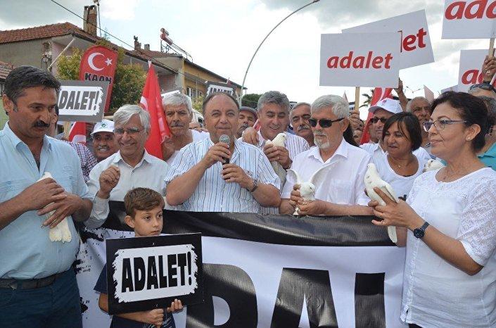 CHP İzmir İl Başkanlığı tarafından İzmir'den İstanbul'a başlatılan yürüyüş de 3.gününde, Manisa'nın Saruhanlı ilçesinde sürdü. Yaklaşık 500 kişilik grup, 6 beyaz güvercini, CHP'yi simgeleyen altı ok için gökyüzüne bıraktı.