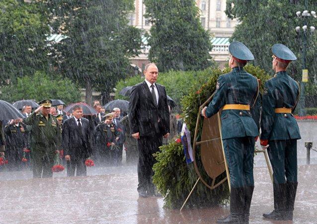 Rusya Devlet Başkanı Vladimir Putin, Nazi Almanyası'nın saldırmasıyla Büyük Vatan Savaşı'nın başladığı 22 Haziran 'Anma ve Keder Günü'nde, Moskova'daki Meçhul Asker Anıtı önüne çelenk bıraktı.