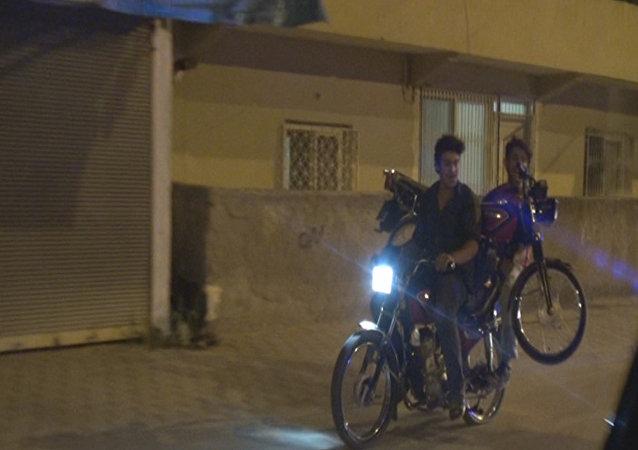 Adana'da bir şahıs motosikletle 'motosiklet' taşıdı