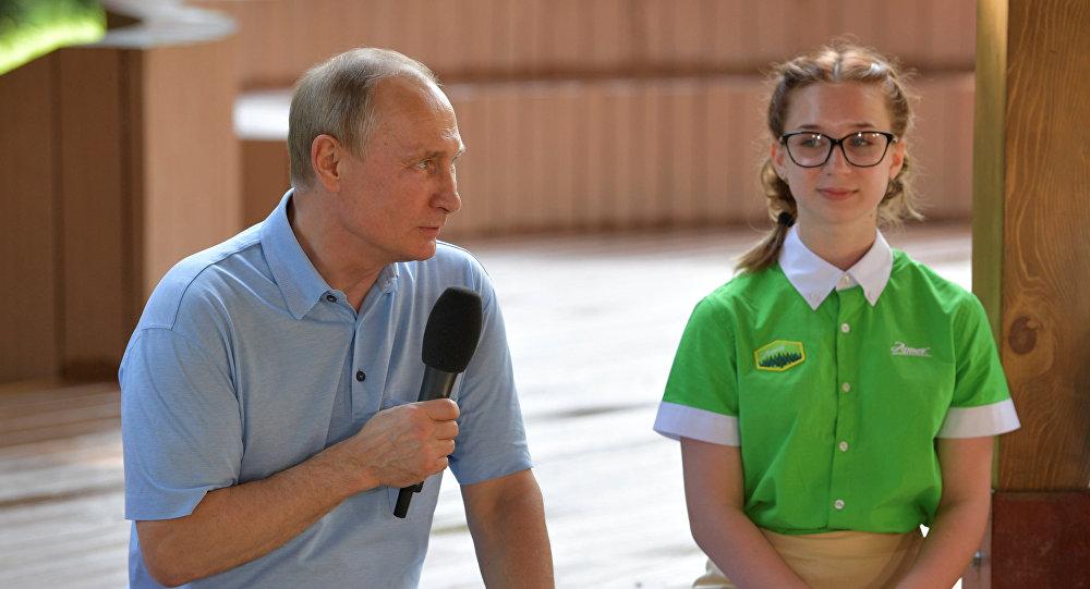 Putin, Artek Kampı'nda çocuklarla buluştu