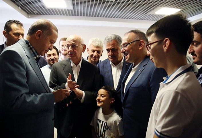 Erdoğan ve Kahraman, bayram namazının ardından vatandaşlarla sohbet edip, çocuklara harçlık verdi.