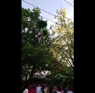 Ağaçtan düşen kız