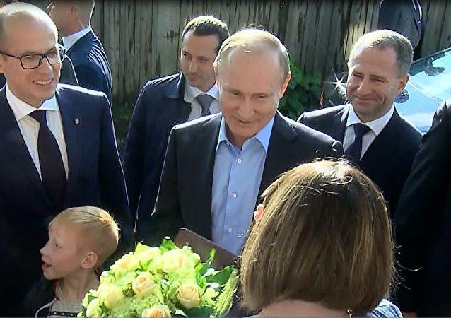 Putin'den, riskli binada yaşayan aileye ziyaret