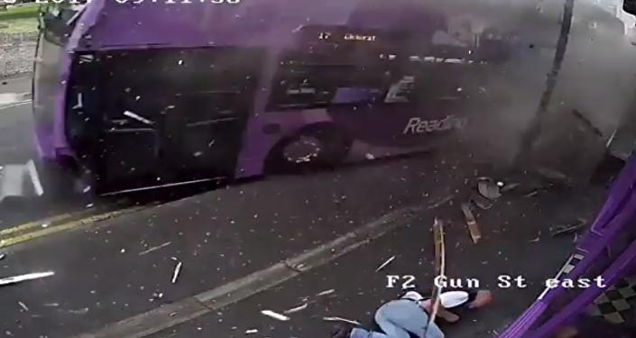 Otobüs çarptı, kalkıp bara girdi