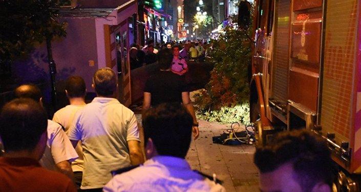 Kadıköy'de bir kafenin üzerine ağaç devrildi