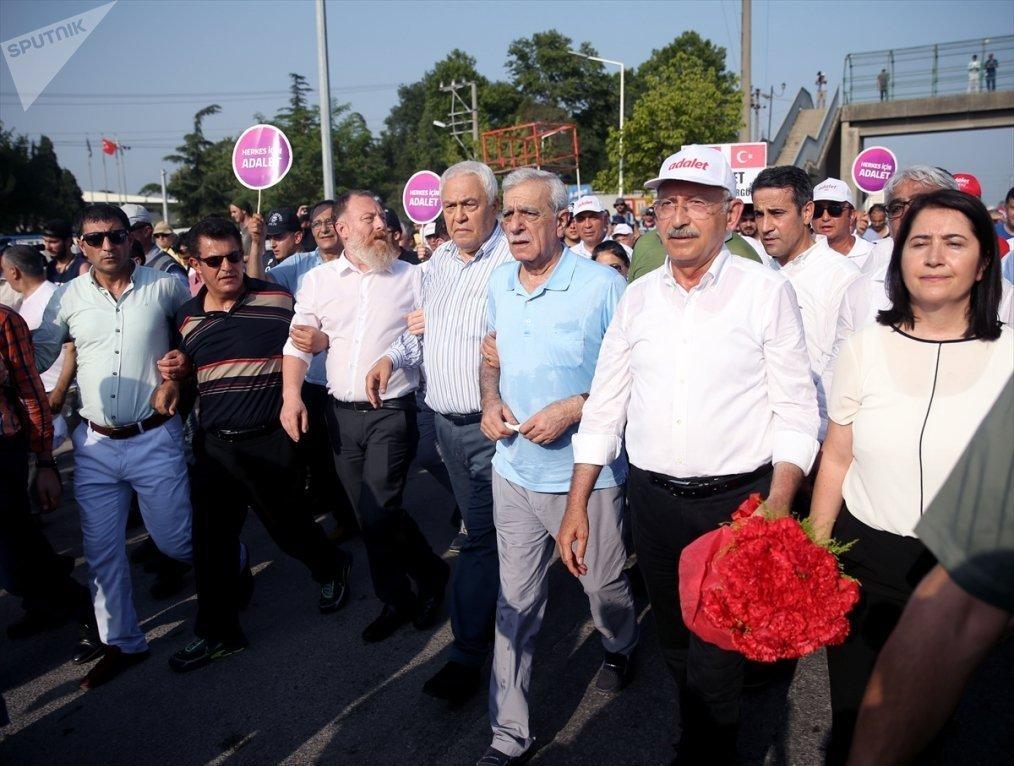 CHP lideri Kemal Kılıçdaroğlu'nun 'Adalet Yürüyüşü'ne yürüyüşüne desteğe giden HDP heyeti.