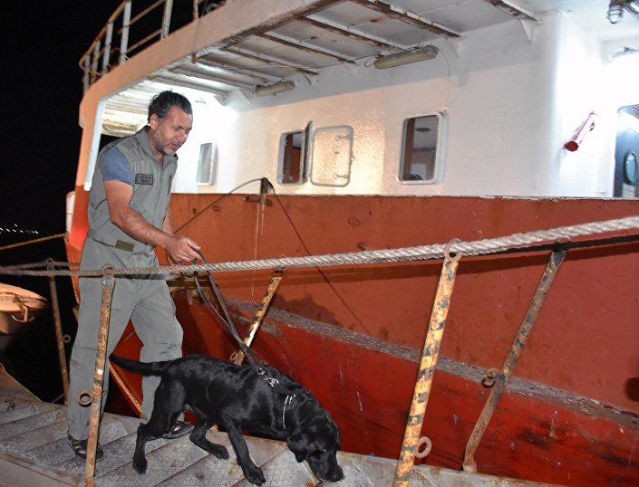 Ateş açılan Türk gemisinde narkotik köpeği arama yaptı