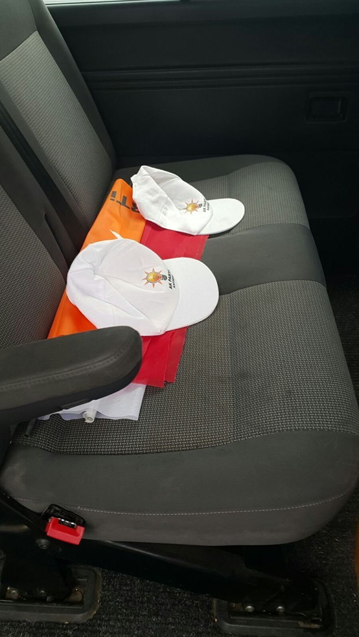 Minibüste bulunan AK Parti bayrağı ve şapkaları