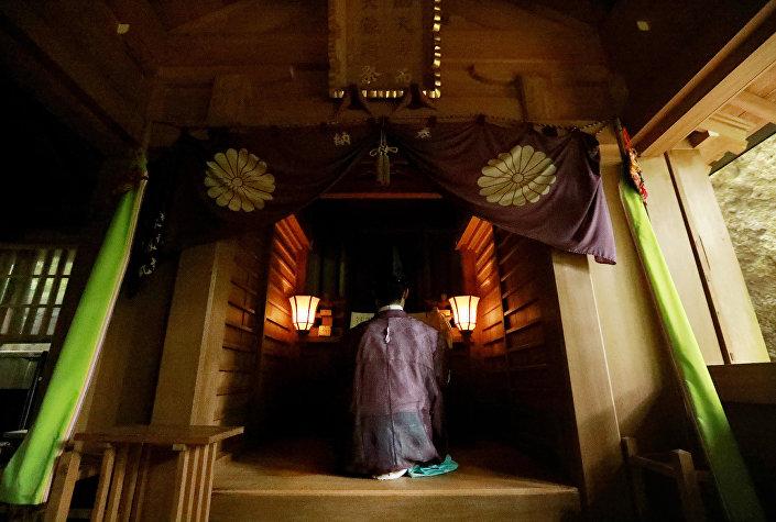 Okitsugu tapınağında bir Şinto rahibi, Okinoshima