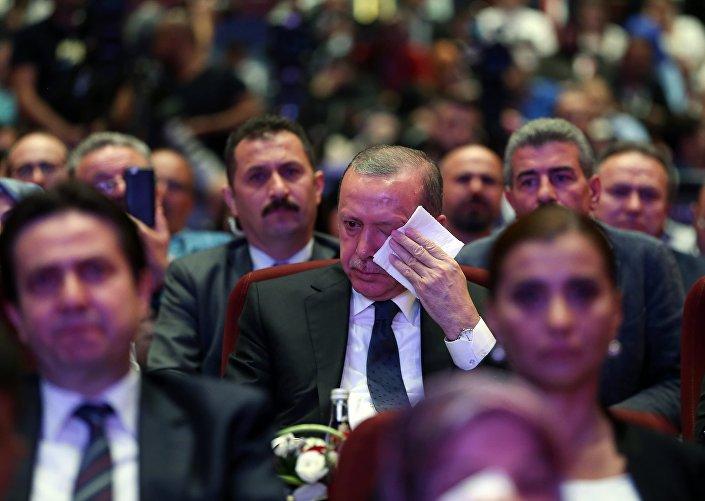 Programda, darbe girişimi sırasında Özel Harekât Merkezi'nde görevliyken hayatını kaybeden iki polis memurları Mehmet ve Ahmet Oruç'un babasının konuşması sırasında yazdığı şiiri okuması, Erdoğan başta olmak üzere salonda bulunanları duygulandırdı.