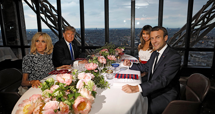 Liderler ve eşleri, kulenin ikinci katında bulunan, yerden 120 metre yükseklikte olan ve yalnızca özel bir asansörle çıkılabilen Jules Verne restoranında yemek yedi.