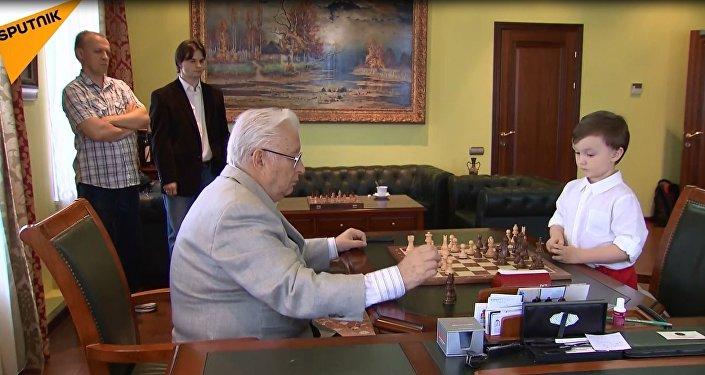 4 yaşındaki Rus çocuk satranç devine karşı