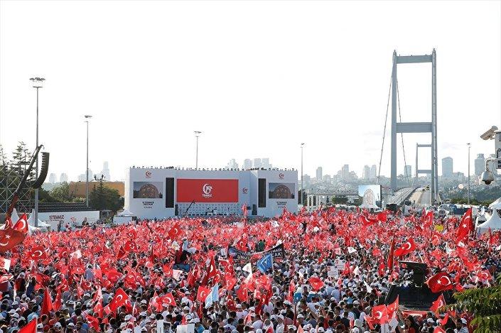 İstanbul'un farklı noktalarından gelen vatandaşlar 15 Temmuz Şehitler Köprüsü'nde buluştu.