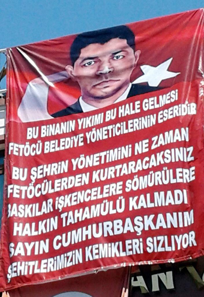 Kaçak katı yıkılan Berces Kaya, 'Belediye FETÖ'cü' diye pankart açtı